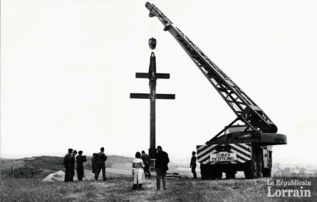 l-erection-de-la-croix-de-lorraine-sur-le-mont-saint-pierre-en-juin-1976-photo-rl-1464286001